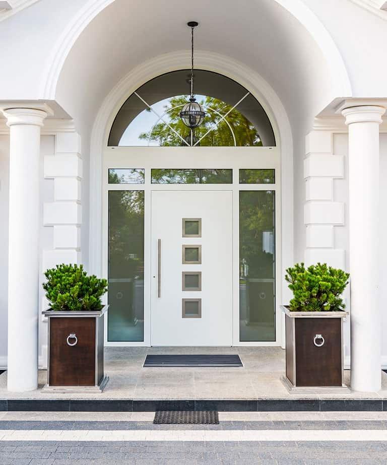 Drzwi wejściowe w domu jednorodzinnym