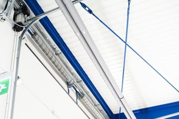 Zabezpieczenie linek i sprężyn w bramach przemysłowych